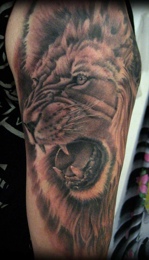 vemos el tatuaje de un leon en brazo