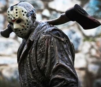 Foto de Jason Voorhees llevando su hacha