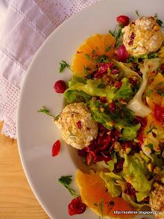 Πράσινη σαλάτα με πορτοκάλι,κράνμπερις, φιστίκια κ τυρομπαλάκια