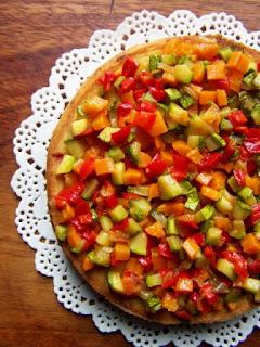 Torta salata con peperoni, zucchine e carote