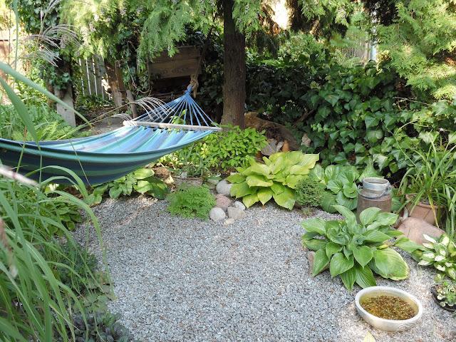 żwirowy placyk w ogrodzie