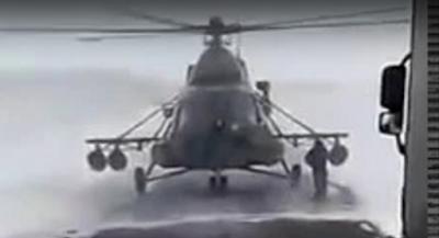 Επικό βίντεο: Ελικόπτερο προσγειώνεται σε αυτοκινητόδρομο και αξιωματικός ρωτά: «Προς τα πού είναι η πόλη;»
