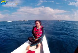foto wisatawan di pulau karimun jawa