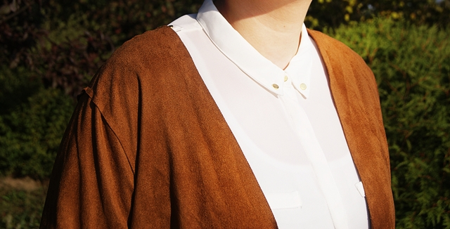 biała koszula w stylizacji z zamszowym wdziankiem