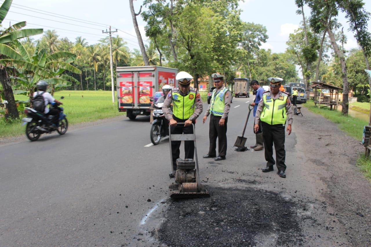 Rawan Kecelakaan, Polisi Kebumen Tambal Jalan Berlubang