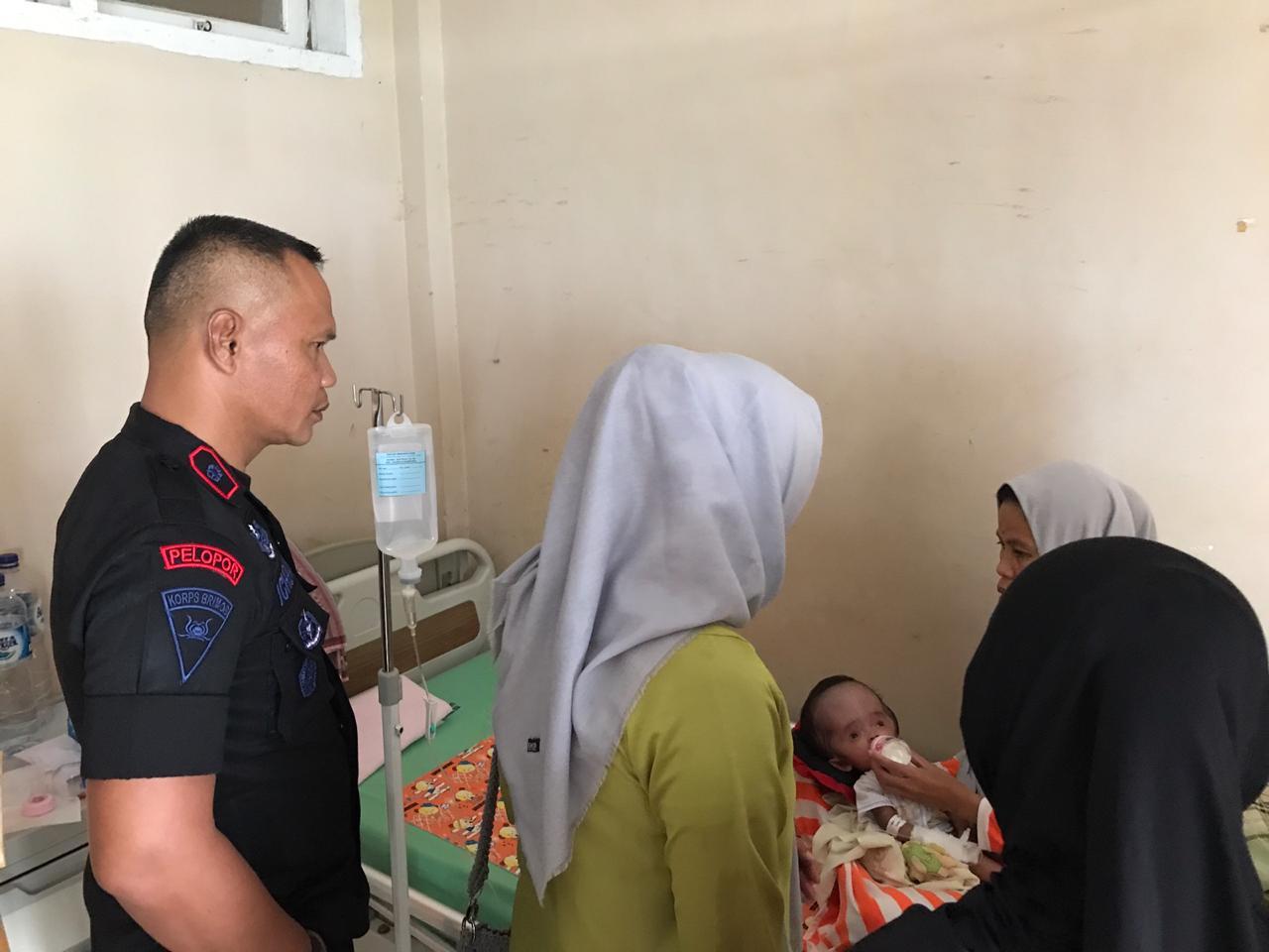 Danyon C Pelopor dan Ibu Ketua Bhayangkari Ranting Yon C Pelopor Kunjungi Bayi Penderita Hidrosefalus