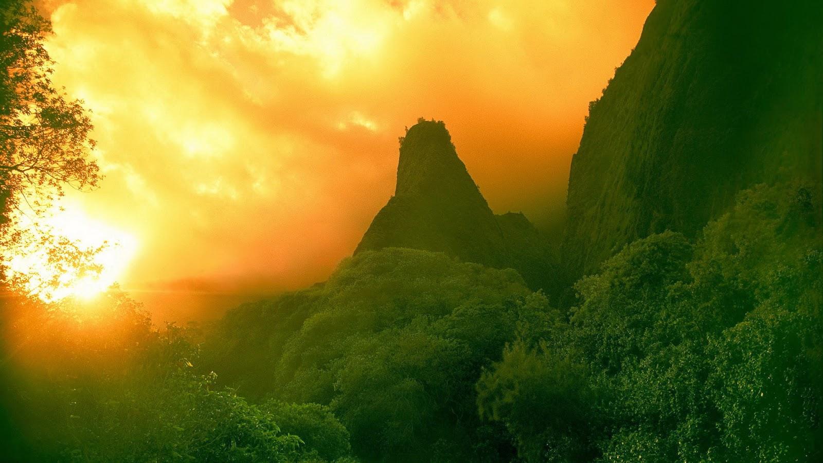 Wallpaper met groene heuvels bij zonsondergang