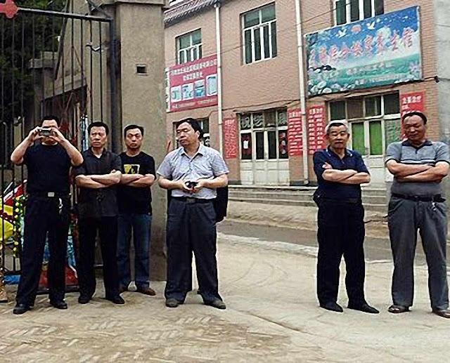 Policiais vigiam peregrinos na cidade de Donglu