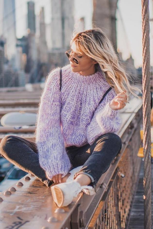 fall outfit inspiration / knit sweater + black jeans + sneakers