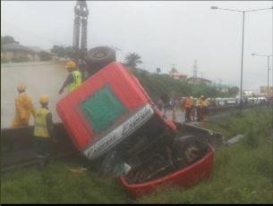Lagos-Ibadan Expressway Closed As Tanker Falls, Spills Content
