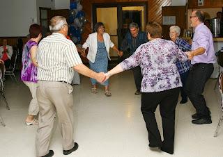 Groupe d'aînés qui danse