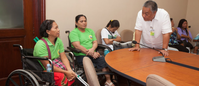 Gov. Davide with PWDs