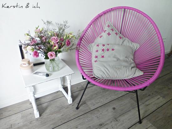 Wohnen und Deko mit Acapulco-Chair und Blumen in Rosatönen