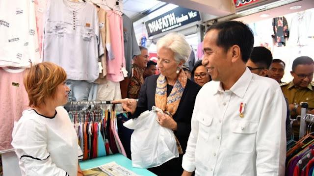 Direktur IMF Christine Lagarde dan Presiden Jokowi saat Mengunjungi Pasar Tanah Abang, Senin (26/2/2018)