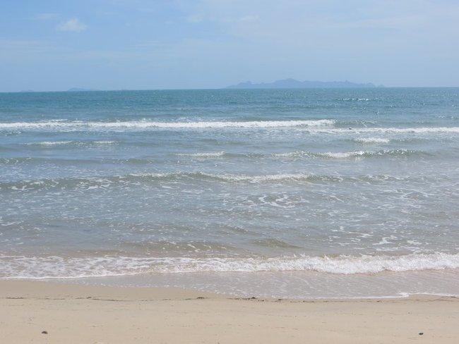Маленькие волны на чудесном острове