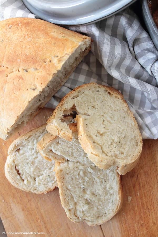 Pane al rosmarino come accompagnamento per lo spezzatino di manzo con patate