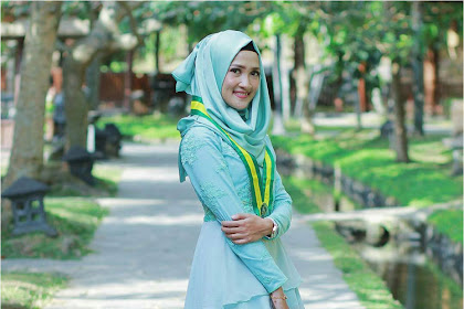32 Ide Model Kebaya Wisuda Muslim Kombinasi Brokat, Modern 2019