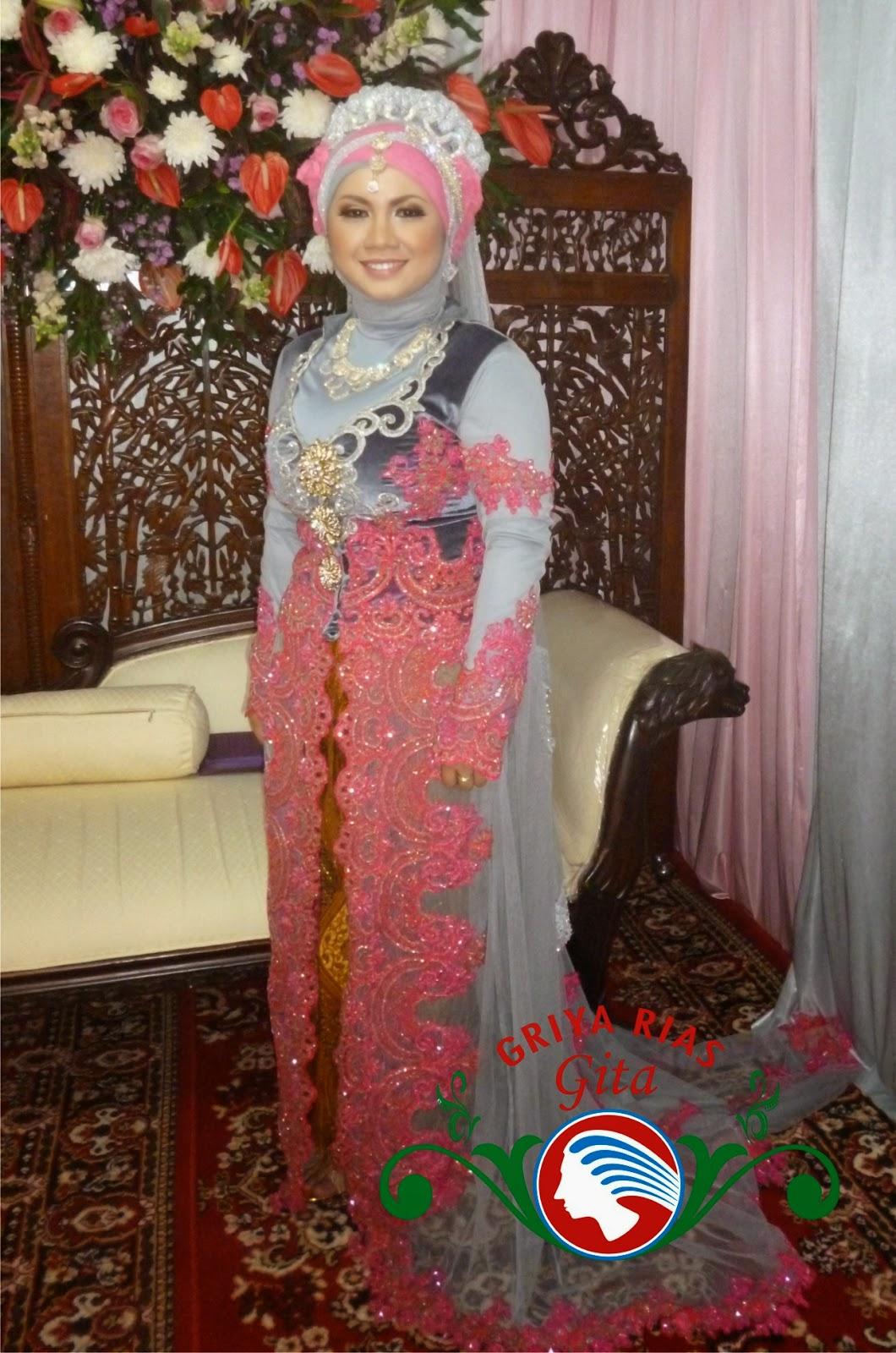 Paduan warna silver abu-abu dan pink pada jilbab pengantin