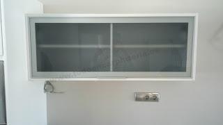 Mueble de cocina horizontal alto con vitrina.