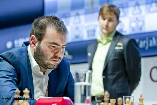 Shakhriyar Mamedyarov sous le regard de Sergey Karjakin - Photo © site officiel