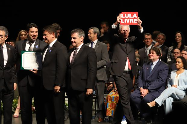 Deputados mineiros trocam socos em diplomação após petista exibir 'Lula livre'