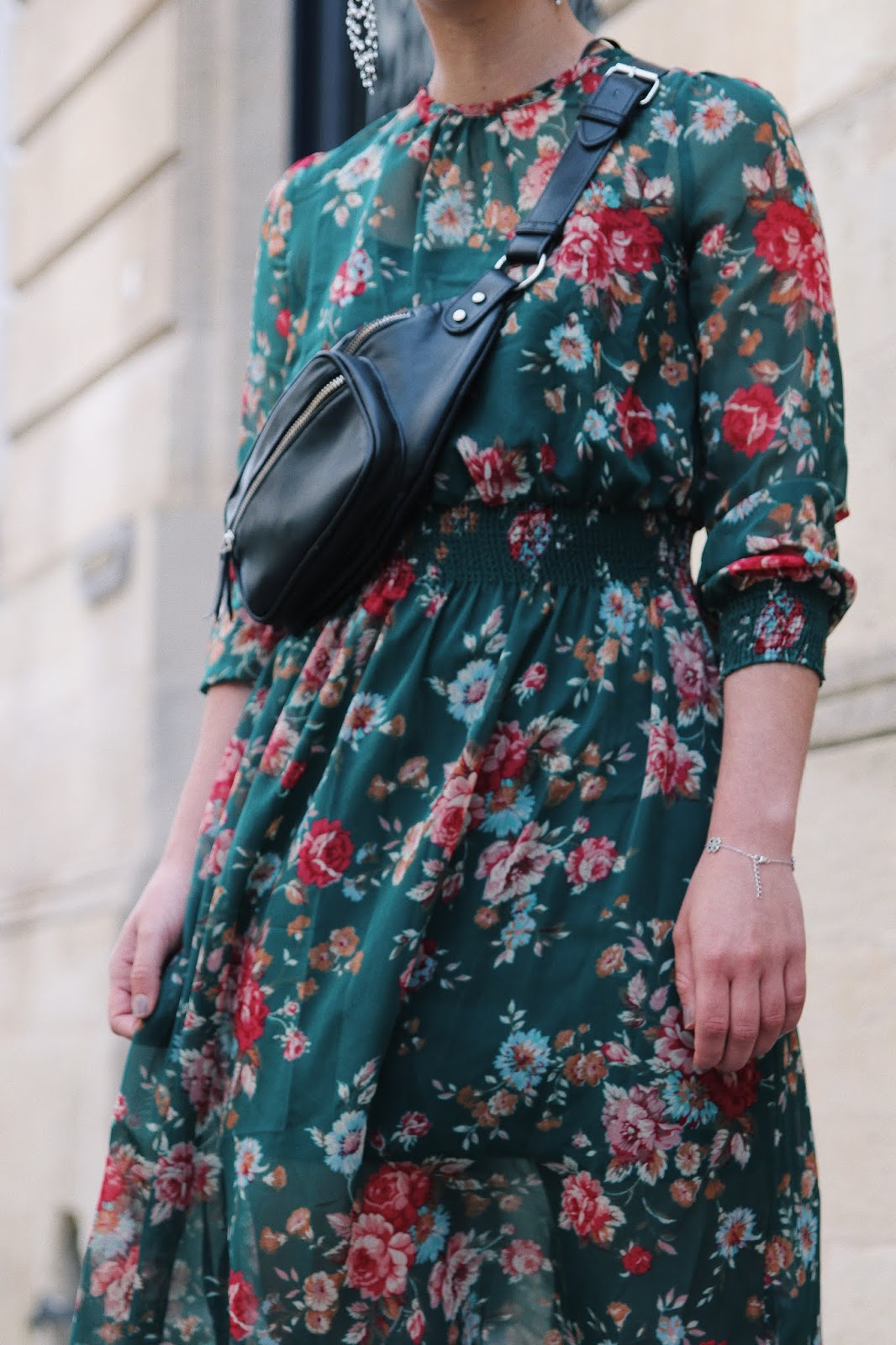 idée de look robe à fleurs ,baskets blanche, sac banane