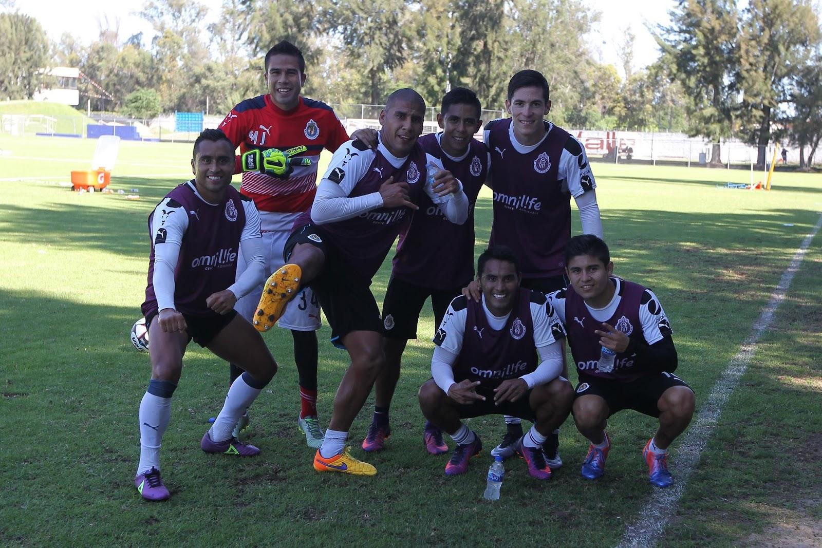 Carlos Salcido con sus compañeros de equipo en el entrenamiento.