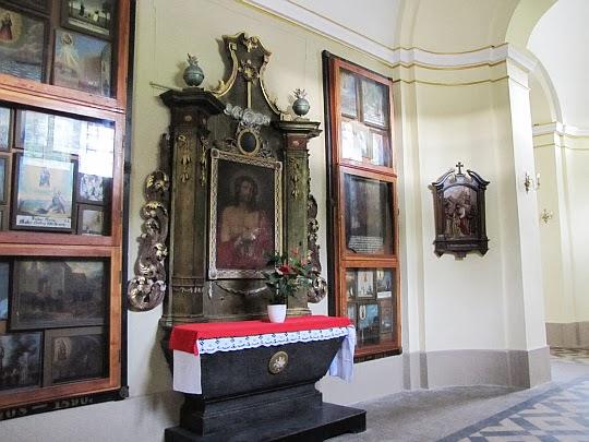 """Barokowy ołtarz z obrazem """"Cierniem ukoronowanie""""."""