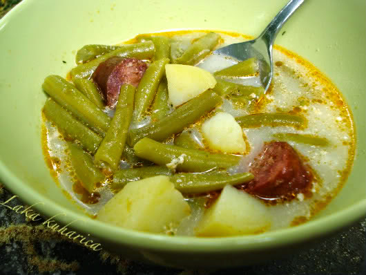 Green string beans with potatoes and smoked sausage by Laka kuharica: seasonal, light and nutritious meal full of goodness.