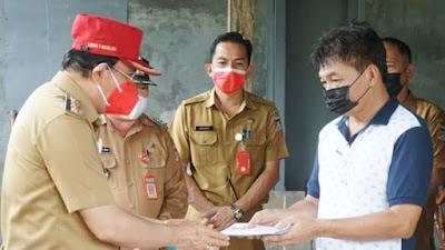 Bupati Royke Roring Serahkan Bantuan Sosial di Mandolang dan Pineleng