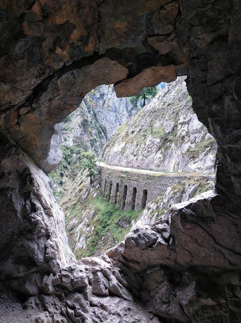 Otra espectacular vista desde un tunel cerca de Culiembro en la Senda del Cares
