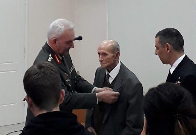 Παρασημοφόρησαν πολεμιστή του Ελληνοϊταλικού πολέμου 105 χρονών στη Νεμέα