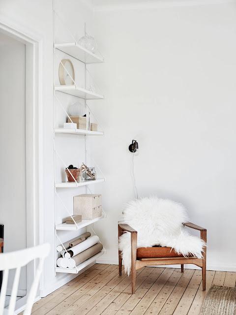 drewniana podłoga, salon w stylu skandynawskim