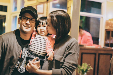 Pinsan meets Baby Pinsan. Cute Video of John Prats and Isabel Oli's daughter Feather visiting Camille Prat's baby