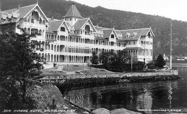 As tourism continued to grow in Balestrand and along the Sognefjord, a much larger hotel was needed so the 1890 building was razed to make room for the expansion of the 1894 hotel that eventually created the building we see in this image from 1913.