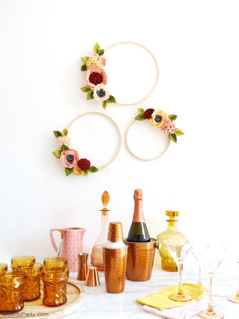 DIY Felt Flower Wreath for Fall - easy to make, these pretty autumnal decorations are ideal for the home or to embellish party tables, bars and photo booths! by BirdsParty.com @birdsparty #feltcrafts #feltflowers #fallwreath #feltwreath #fallcrafts #diywreath #diyfeltwreath #falldecor #floralwreath