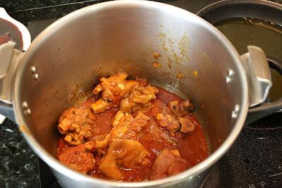 Preparación de manitas de cerdo en salsa