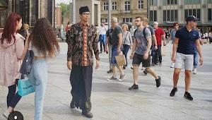 Sarungan di Jalanan Jerman, Santri NU ini Viral dan Tularkan Virus Sarungan Challenge
