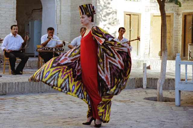 Ouzbékistan, Boukhara, médersa Gaoukouchan, mode, atlas, soie ikatée, © Louis Gigout, 1999