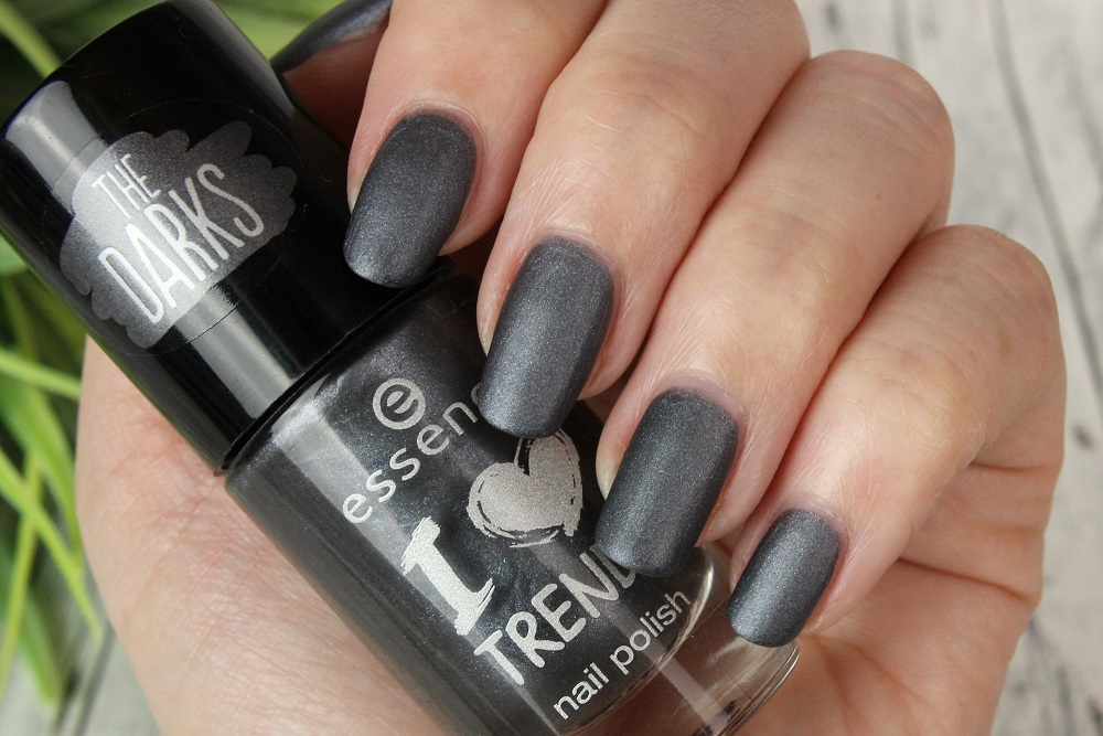 essence, neues sortiment, nagellack, the darks, drogerie, dm drogeriemarkt, günstig, swatches, review, tragebilder, glitzer, matt, nailpolish, indigo to go, nagellack auftragen, lackieren, herbst, winter, 2015, nails