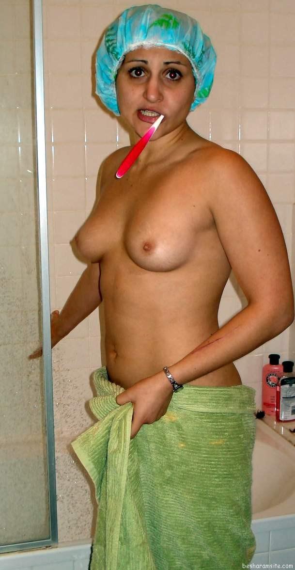 Wet aunty South Indian Tamil bhabhi bathroom nude