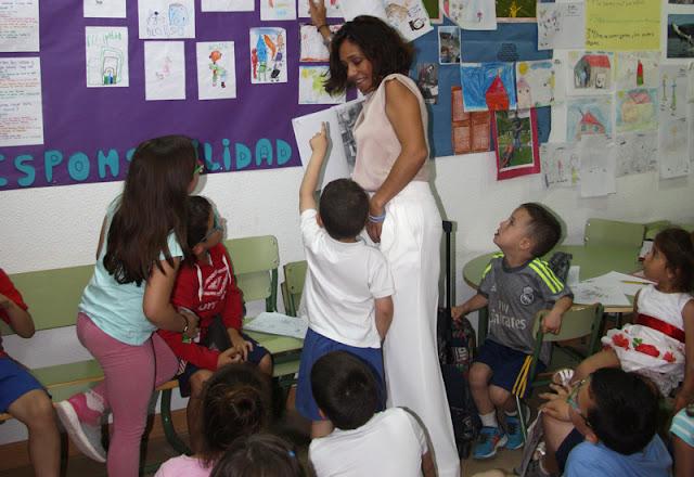 Imagen de una monitora con niños. IMAGEN ILLESCAS COMUNICACIÓN