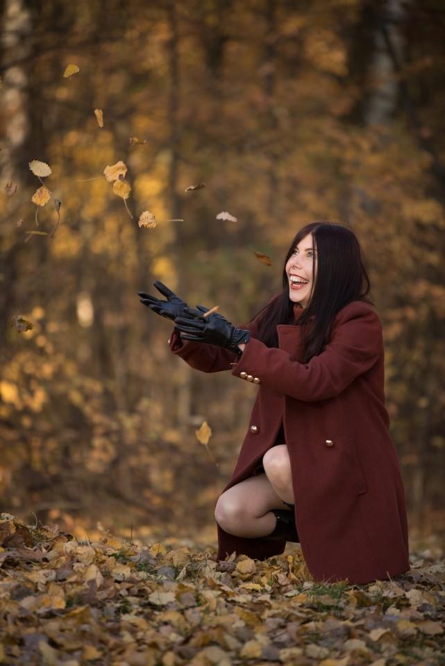 sesja-jesienna-spadające-liście