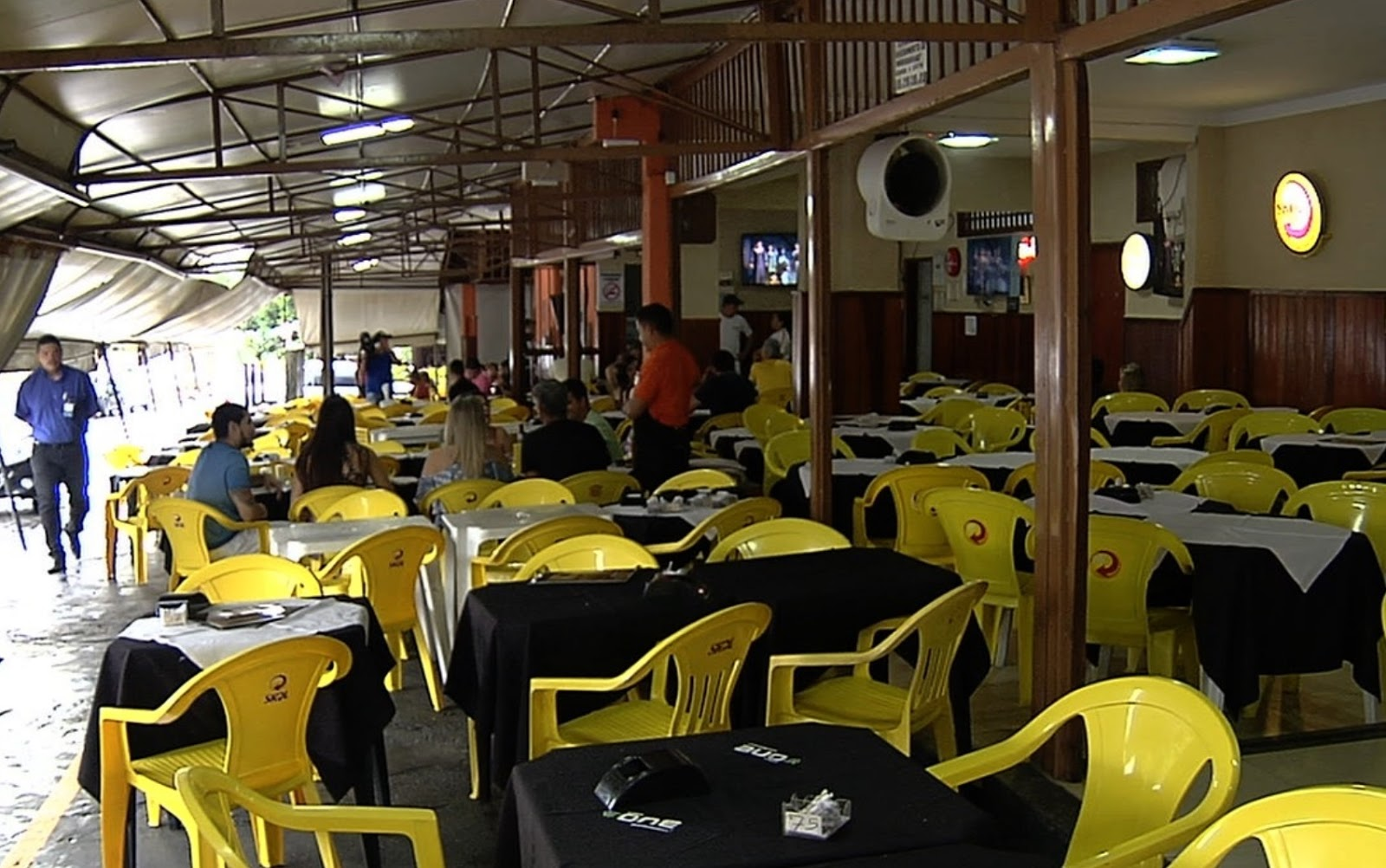Em Goiânia, casal foi hostilizado e ameaçado com faca por garçons em bar