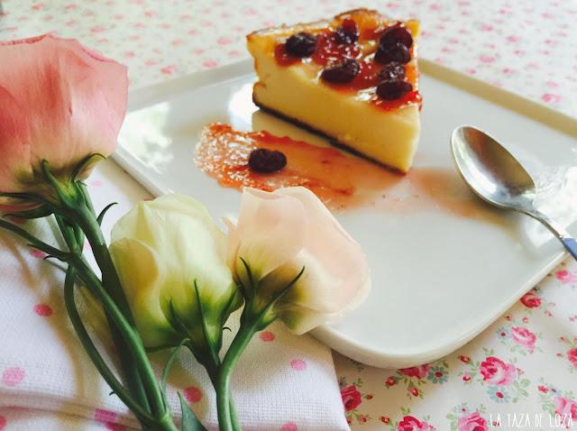 Detalle de la tarta de queso con arándanos