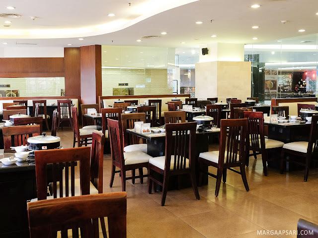 Suasana ruangan indoor Hanamasa fX Sudirman