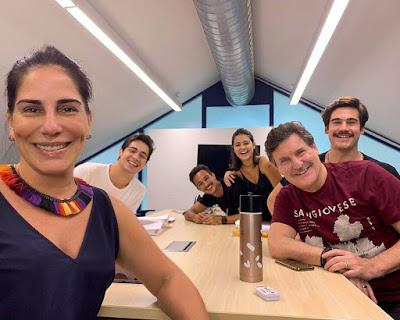 Gloria Pires posa com seus colegas de elenco de 'Éramos Seis', próxima novela das 6 — Foto: Reprodução/Instagram