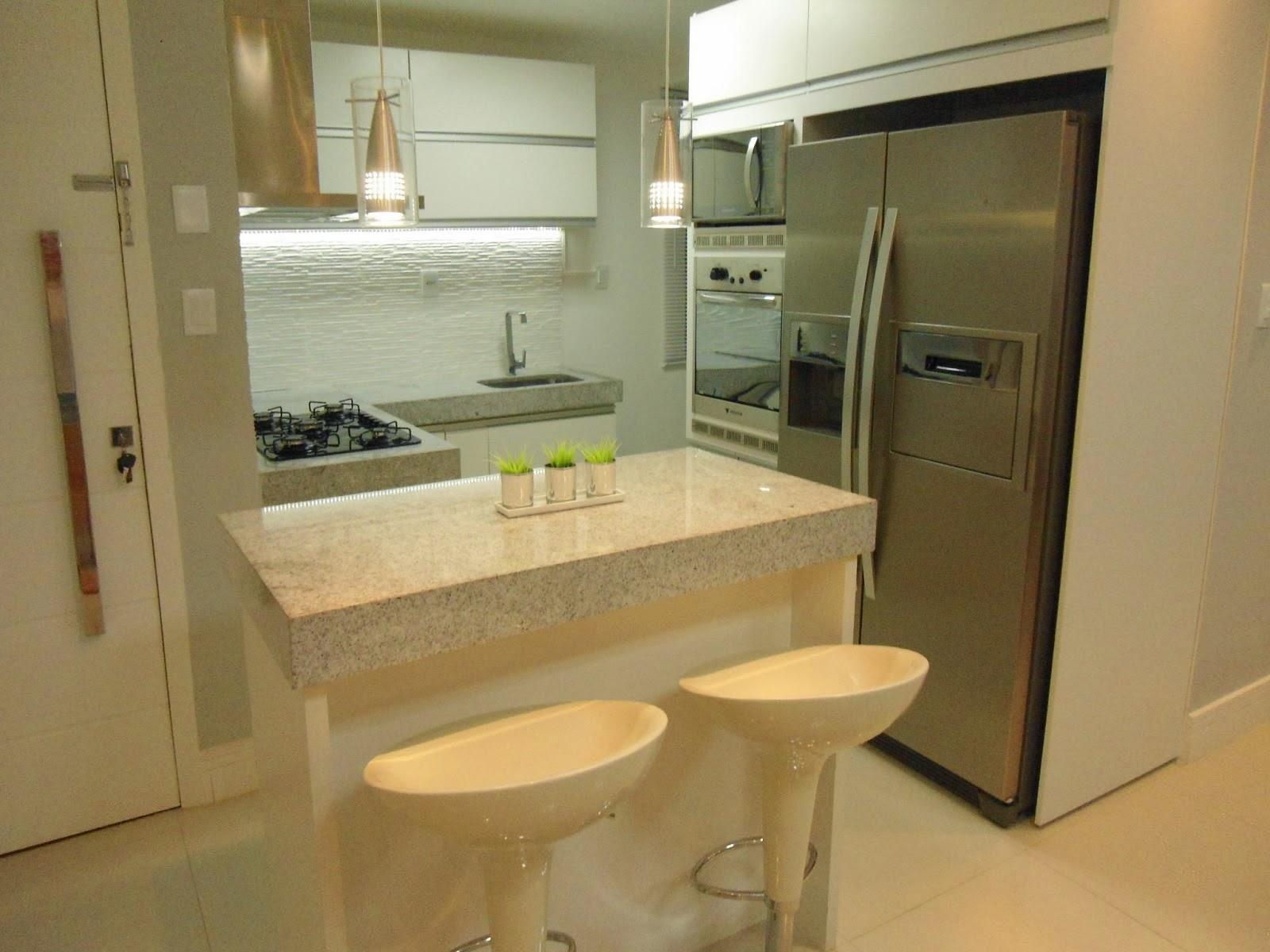 13  Cozinha pequena e funcional! Ilha servindo de bancada de  #8E703D 1600 1200