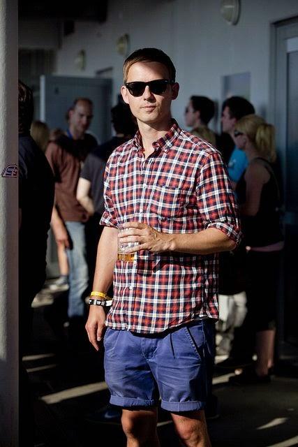 como usar camisa xadrez masculina com bermuda no verão