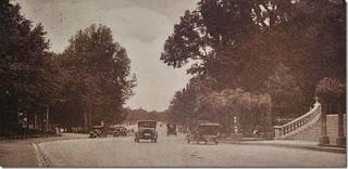 Gammaldags spansk bilpark? Bilden är från Madrids centrala park El Retiro när biltrafik var tillåten där.